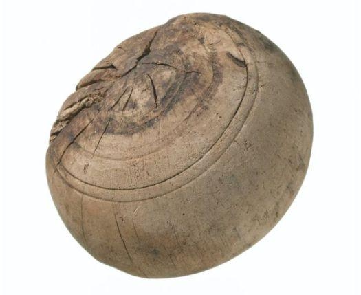 94216025_16th-centurywooden_bowlingball_223951_-ccrossrail_mola-2