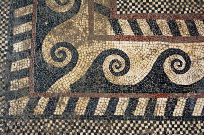 Angle du décor du pavement mosaïqué antique, formé de motifs géométriques (postes, chevrons, damiers) découvert à Uzès (Gard), 2017.