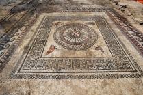 L'un des deux panneaux centraux de la pièce mosaïquée antique totalement nettoyé, découverte à Uzès (Gard), 2017.