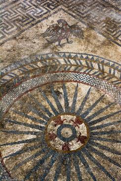 Motif central du pavement mosaïqué antique avec dans un angle, la représentation d'un aigle, mis au jour à Uzès (Gard), 2017.