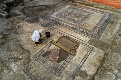 Nettoyage du pavement de la salle mosaïquée antique découverte à Uzès (Gard), 2017.