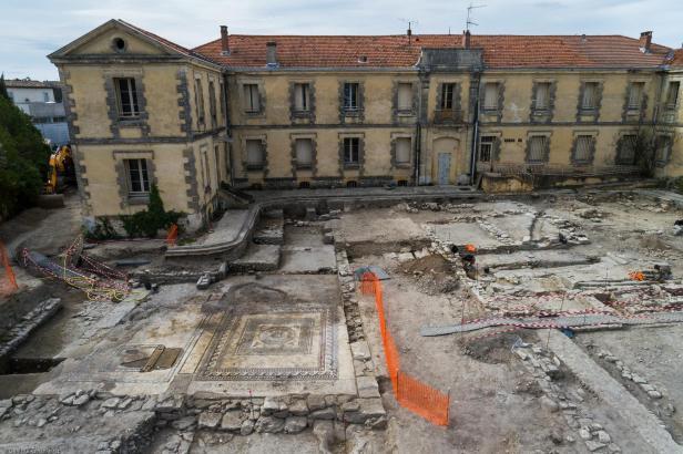 Vue aérienne de la zone 1 en cours de fouille, avec de gauche à droite le bâtiment à mosaïque antique, la rue et les habitations, mis au jour à Uzès (Gard), 2017.